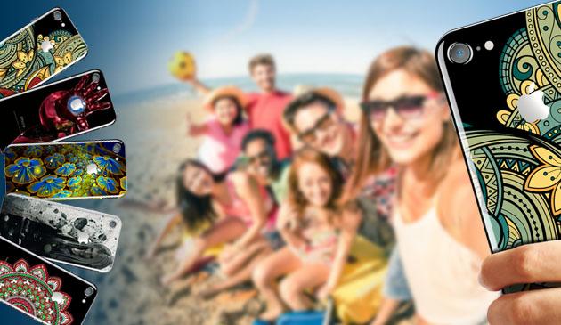 φωτογραφία με εκτυπωμένα κινητά και στο βάθος μία παρέα που βγάζει σέλφι σε μία παραλία χρησιμοποιώντας ένα κινητό με εκτύπωση στην πίσω όψη