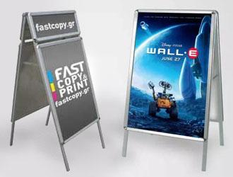 δύο λάμδα σταντ πεζοδρομίου 2 όψεων, αριστερά με το λογότυπο fastcopy και δεξιά με την ταινία wall-e